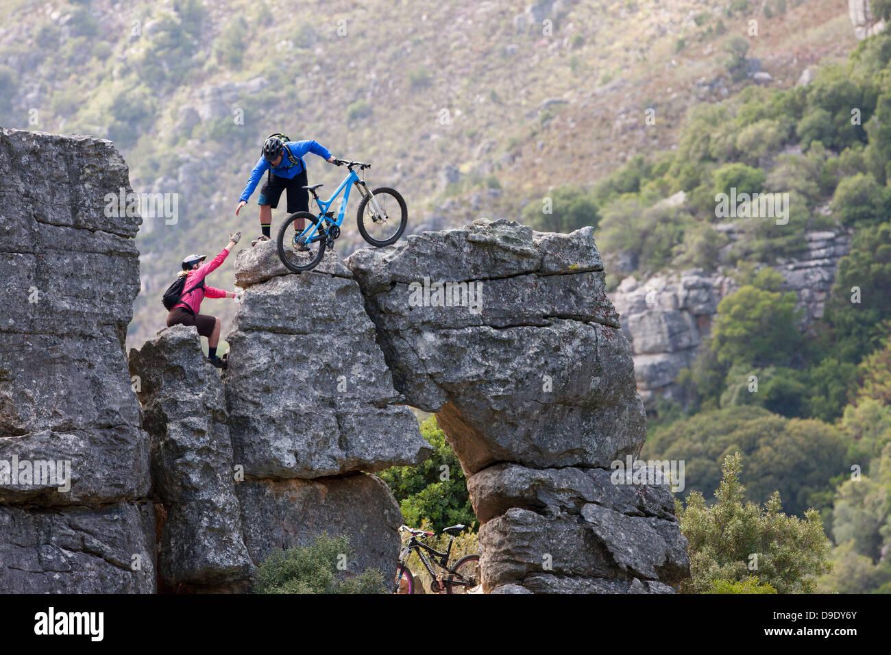Mountain Bike paar Klettern Felsformation Stockbild
