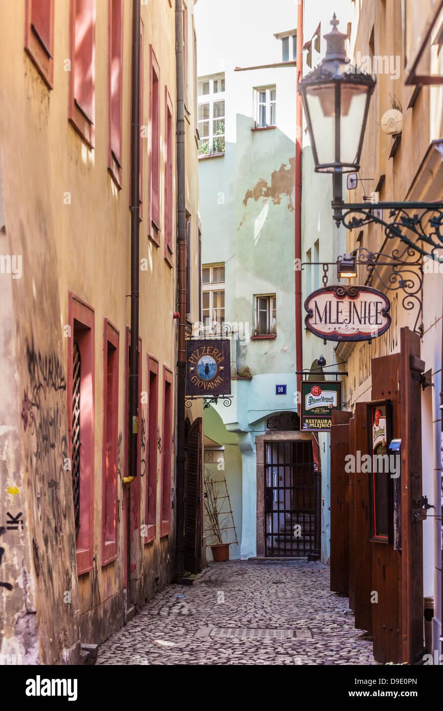 Eine kleine gepflasterte Gasse mit Bars und Restaurants in der Altstadt Bezirk von Prag, Praha, Tschechische Republik; Stockbild