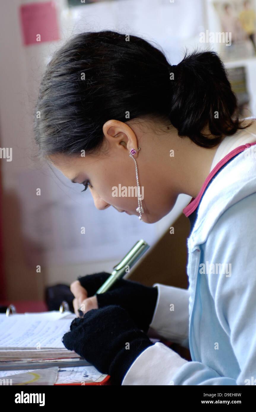 (Model Release) Junge Mädchen bei den Hausaufgaben Stockbild