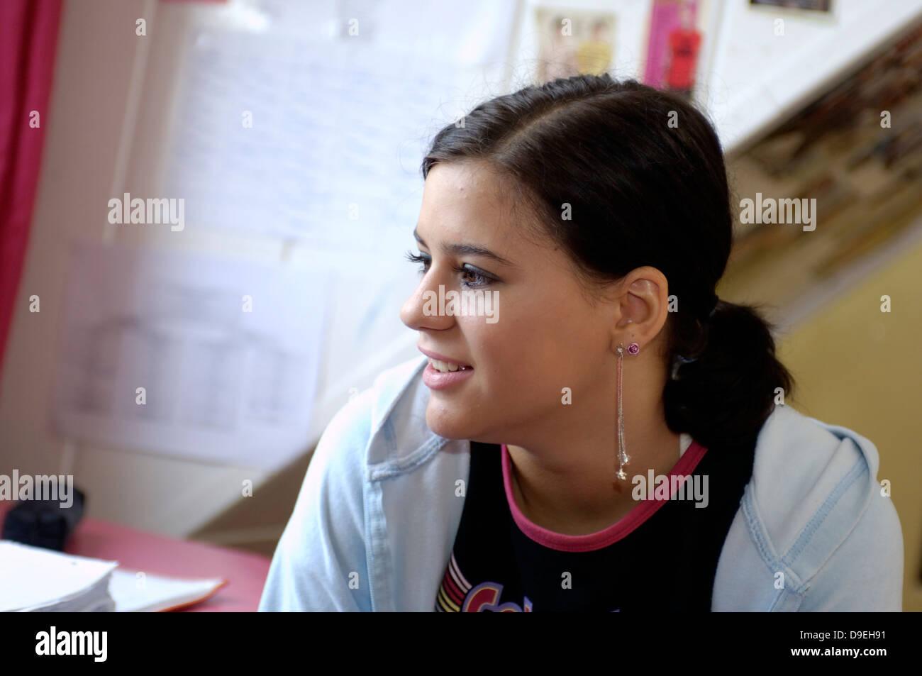 (Model Release) Junge Mädchen in seinem Zimmer Stockbild