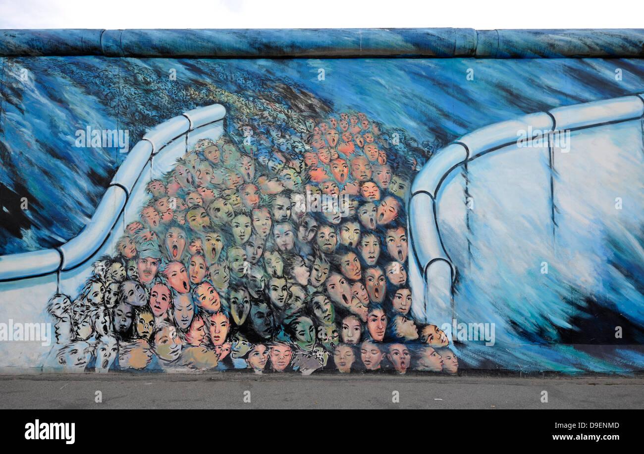 Kunst und Berliner Mauer Menschenmassen brechen durch den Berliner Mauerfall der Wandmalerei in einem Rest der Berliner Stockbild
