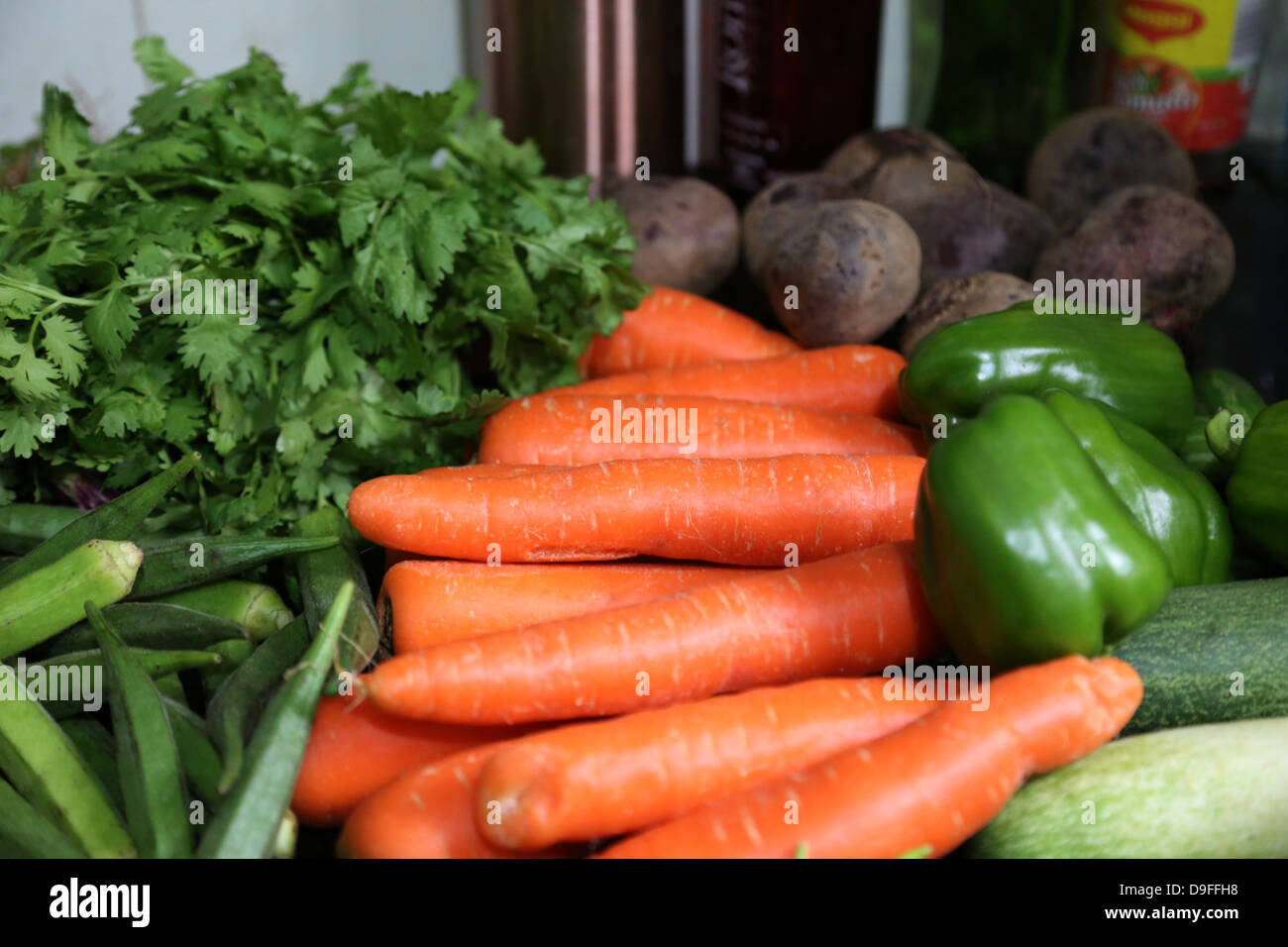 Frische reife Rebe Tomate auf dem Display die Landwirte vermarkten Tomatos, Rebe, rot, Markt, Obst, Gemüse, Bauernhof, gesunde, frische, Stockfoto