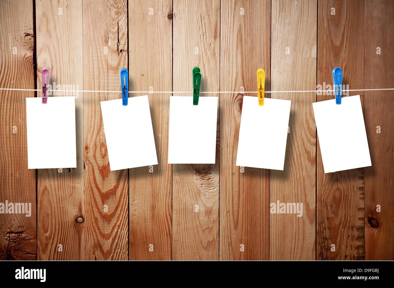Leere Bilderrahmen aufhängen auf der Wäscheleine auf Holz ...