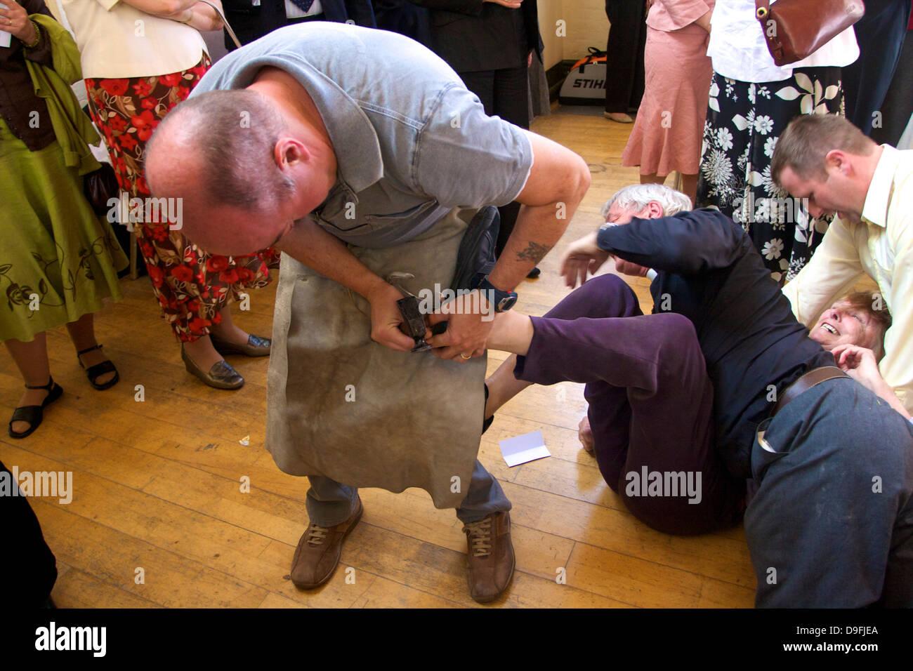 Beschlagen der Colts, Tutti Tag traditionelle jährliche Hocktide Festival, Hungerford, Berkshire, England, Stockbild