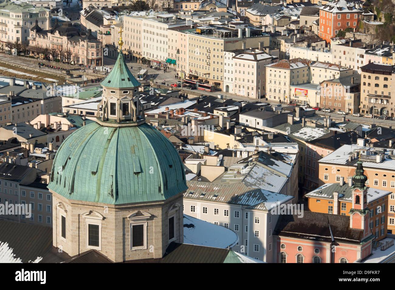Eine Luftaufnahme eines die Kuppeln der Salzburger Dom und umliegenden Gebäuden in der Altstadt, Salzburg, Stockbild