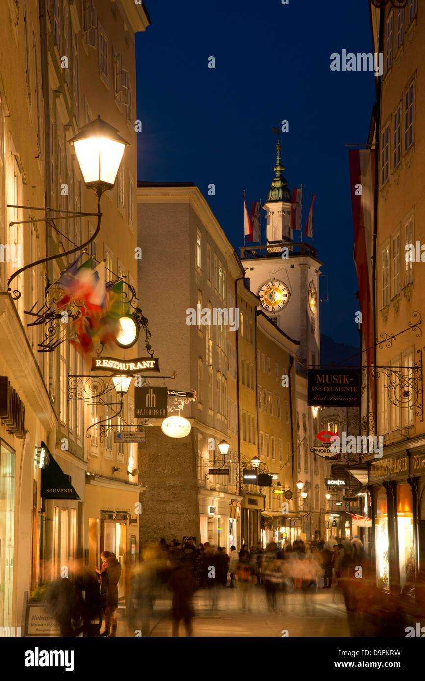 Traditionelle hängen Schilder entlang Getreidegasser, der Haupteinkaufsstraße in der Altstadt, Salzburg, Stockbild