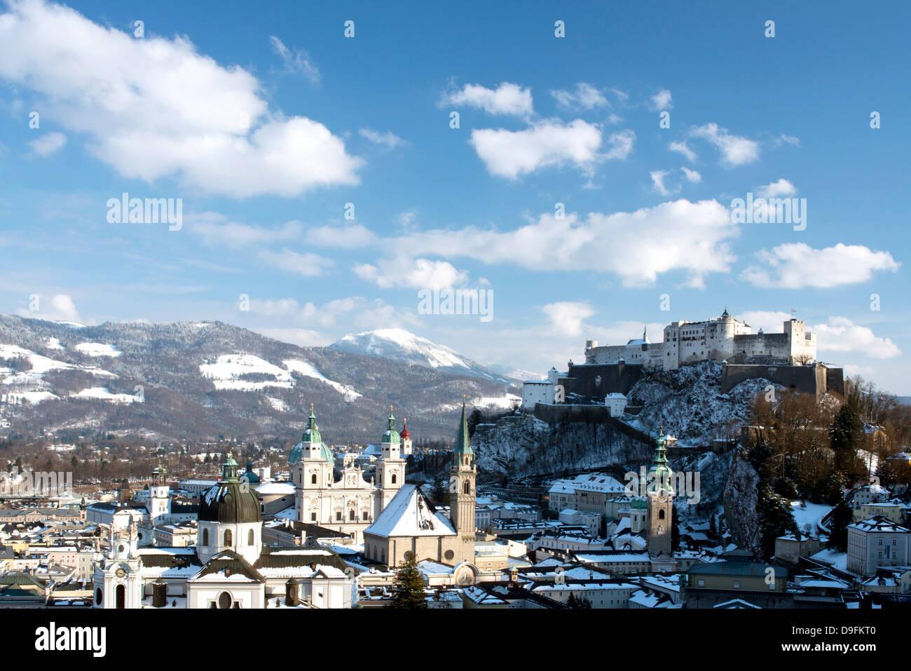 Die Skyline der Altstadt einschließlich der Salzburger Dom, Franziskaner Kirche und Festung Hohensalzburg hinter, Stockbild