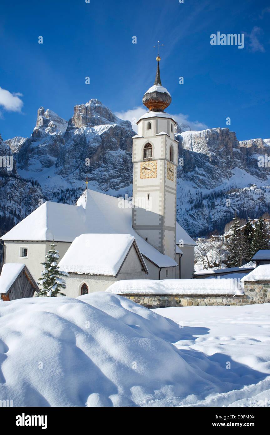 Eine Kirche in Kolfuschg in Badia nahe der Sellastock Bergkette in den Dolomiten, Südtirol, Italien Stockbild
