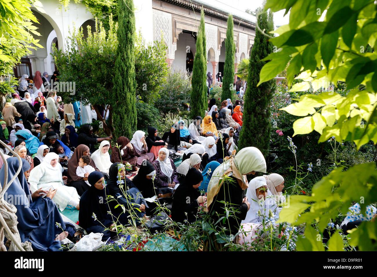 Muslime in die große Moschee von Paris auf Eid al-Fitr Festival, Paris, Frankreich Stockfoto