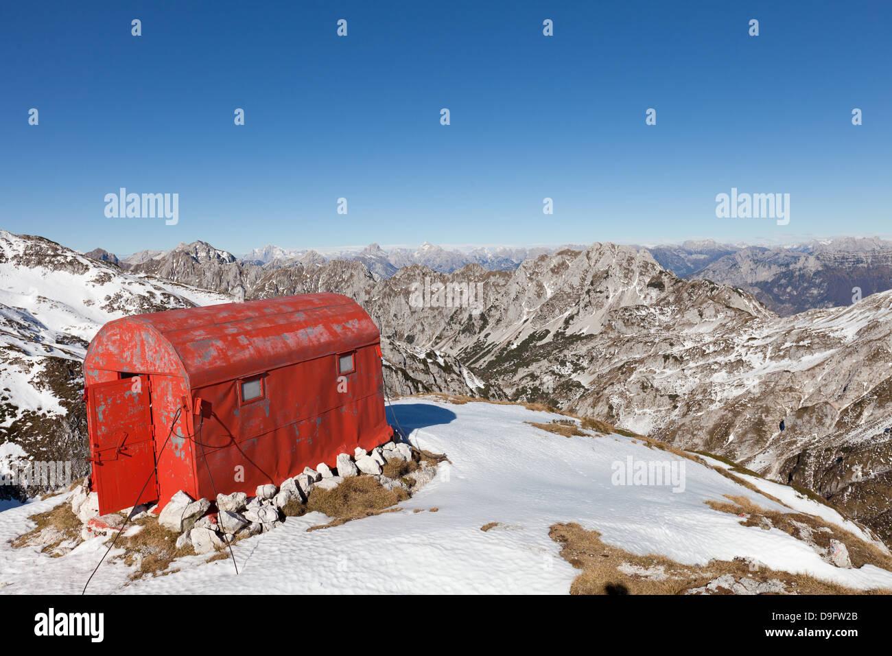 Im Winter Tierheim auf Laste Sattel, in der Nähe von Semenza Zuflucht, Alpago, Belluno, Italienische Alpen, Stockbild
