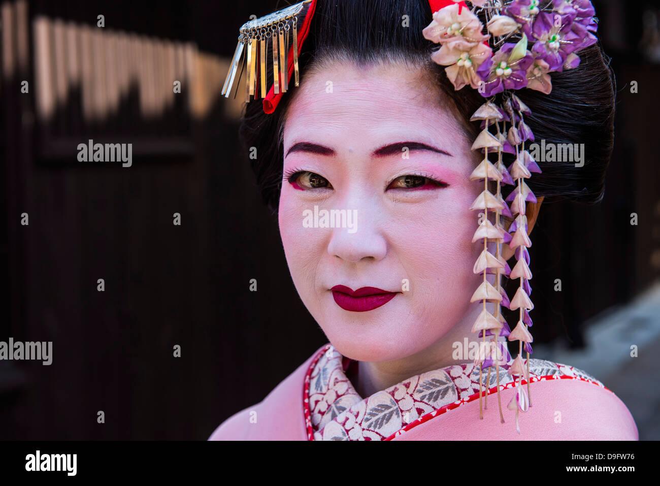 Traditionell gekleidete Geishas in der Altstadt von Kyoto, Japan Stockbild