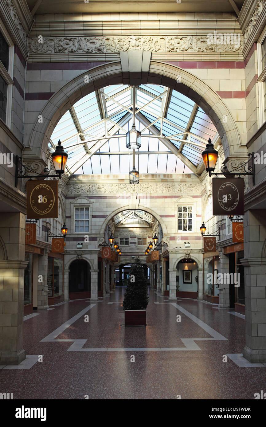 St. Michael Zeile aufgeführt eine Einkaufspassage aus 1910, Grade II Gebäude in Chester, Cheshire, England, Stockbild