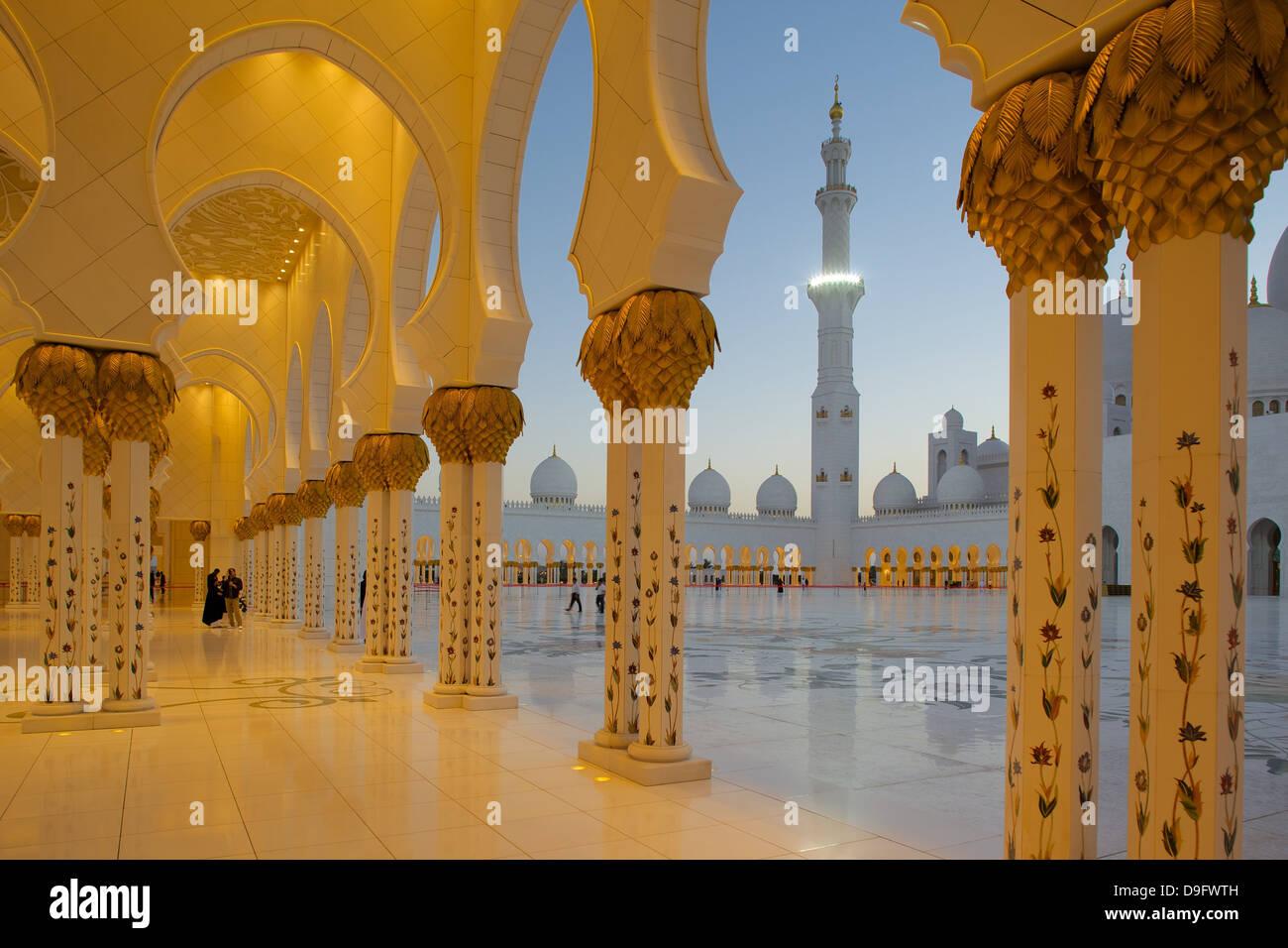 Scheich Zayed Bin Sultan Al Nahyan Mosque bei Dämmerung, Abu Dhabi, Vereinigte Arabische Emirate, Naher Osten Stockbild
