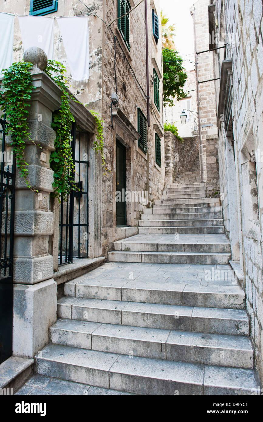 Die Altstadt von Dubrovnik, eines engen Seitenstraßen, Dubrovnik, Kroatien Stockbild