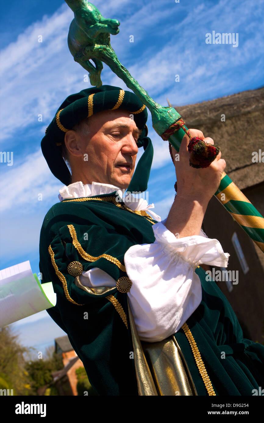Führer der Prozession für die jährliche Brauch der Flasche-treten, Hallaton, Leicestershire, England, Stockbild