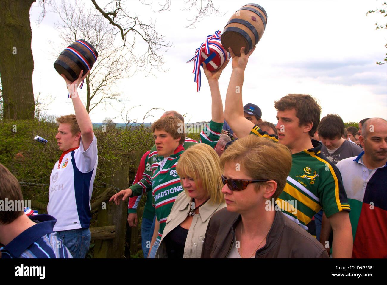 Teilnehmer der Prozession für die jährliche Brauch der Flasche-treten, Hallaton, Leicestershire, England, Stockbild