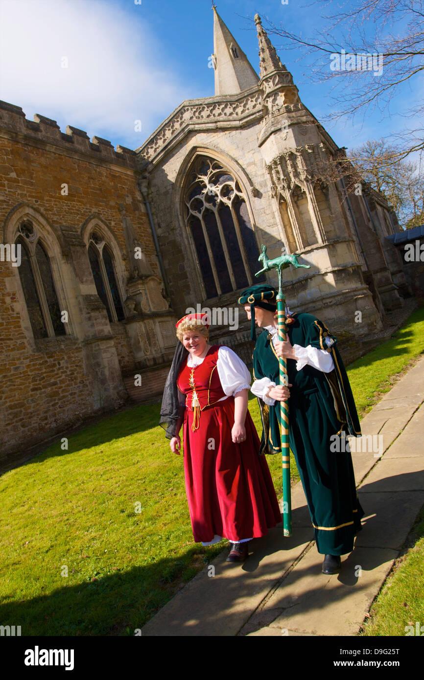 Staats-und Regierungschefs die Prozession für die jährliche Brauch der Flasche-treten, Hallaton, Leicestershire, Stockbild