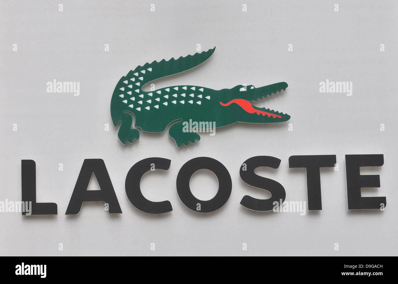huge discount 90bf8 45eb6 Lacoste-Logo Zeichen Krokodil an Fassade des speichern Braga ...