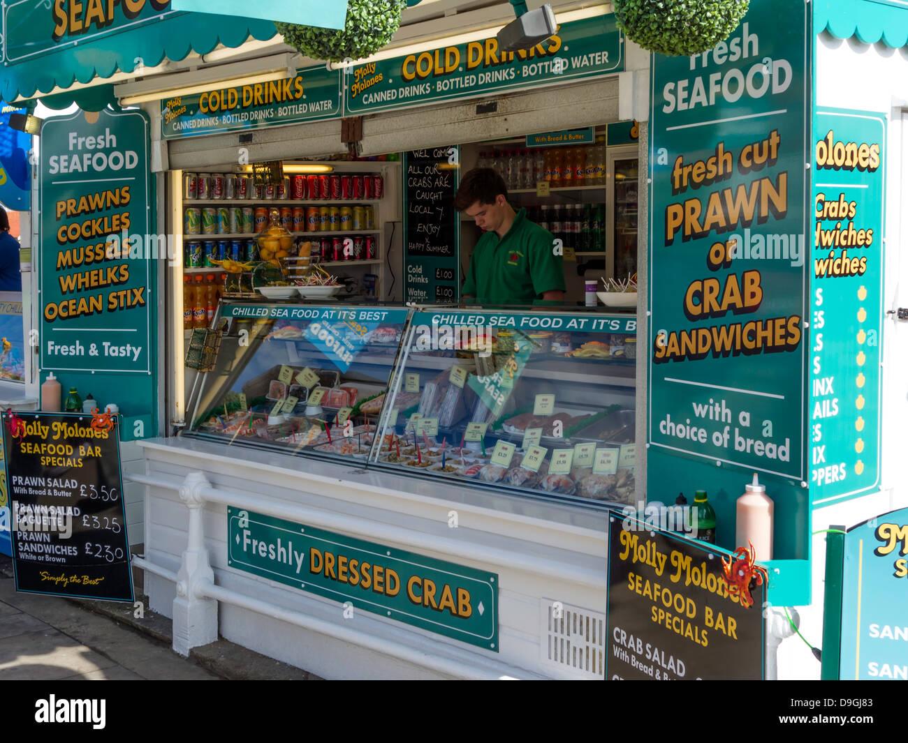 Meeresfrüchte-Stall auf der Strandpromenade in Scarborough, North Yorkshire Stockbild