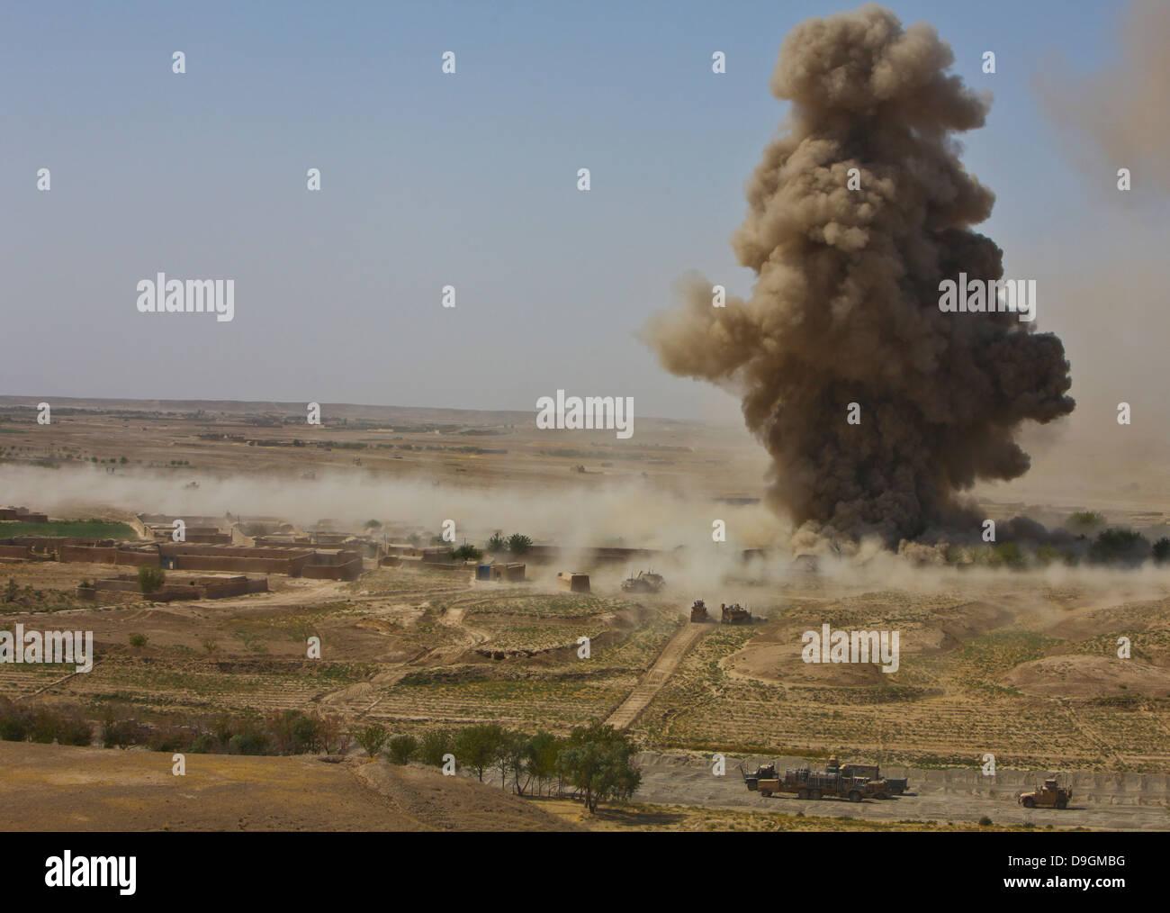 Eine Wolke aus Staub und Schutt steigt in die Luft in Afghanistan. Stockbild