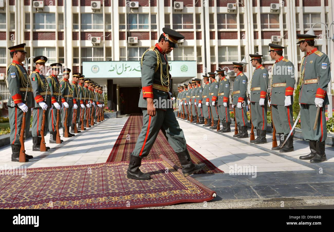 Mitglied der Ehrengarde der afghanischen Armee rollt roten Teppich, wie sie für die Ankunft der stellvertretende Stockbild