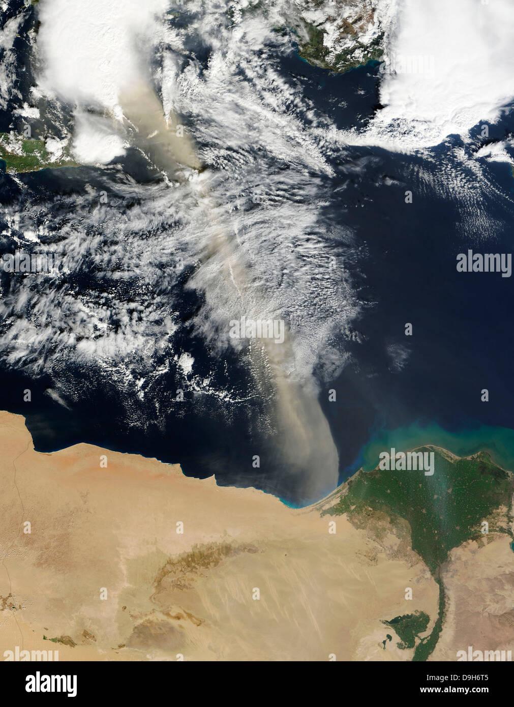 Eine Wolke von Staub erstreckt sich über das Mittelmeer. Stockbild