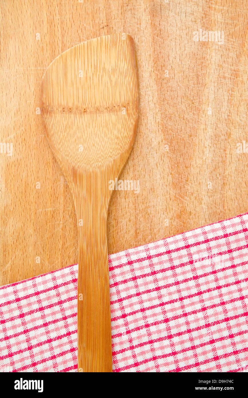 Holzküche Utensilien und Tisch-Serviette auf Holz Hintergrund. Stockbild