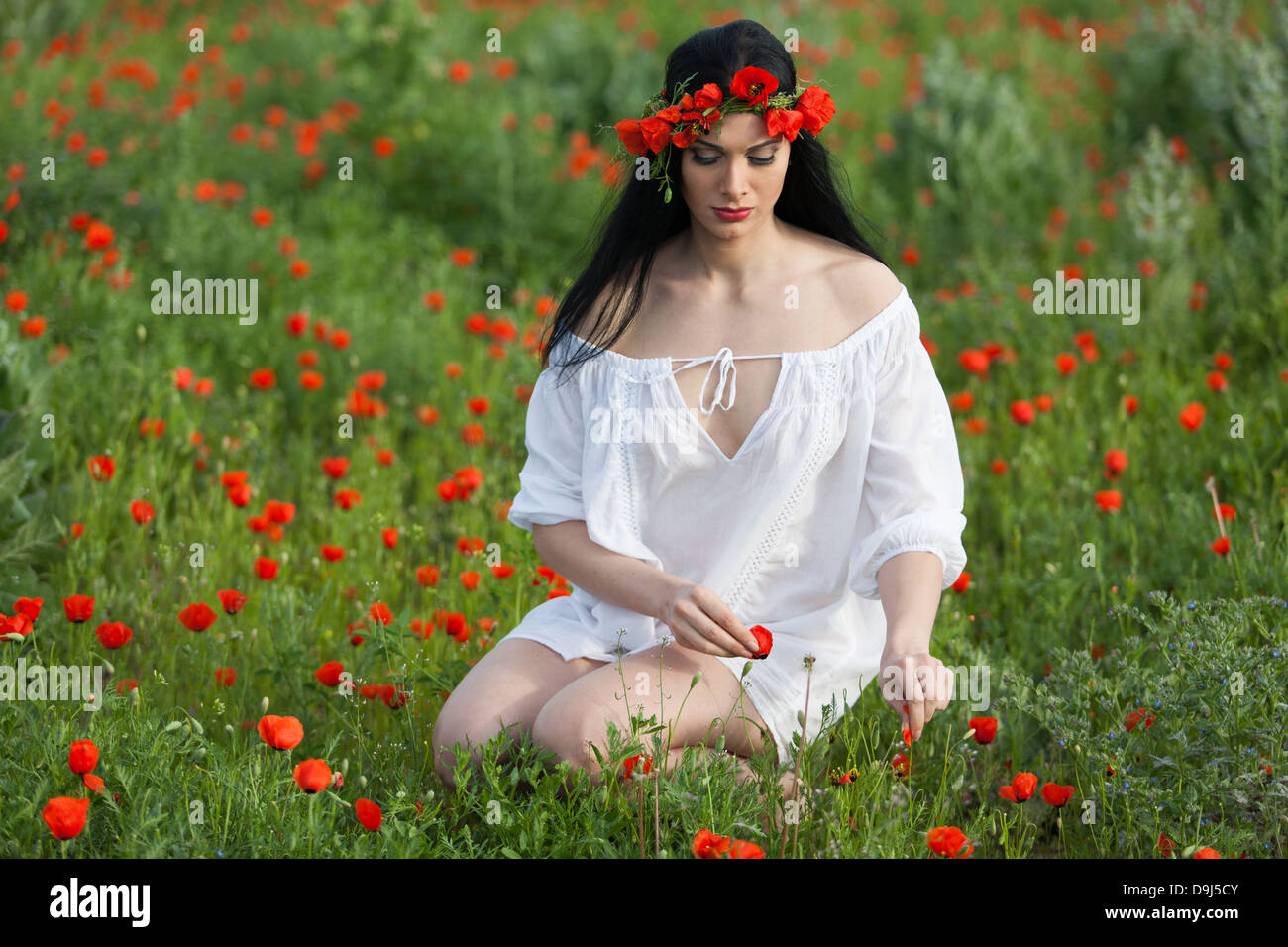 45704c5afb5 Beauty Girl On Picking Flowers Stockfotos Beauty Girl On Picking