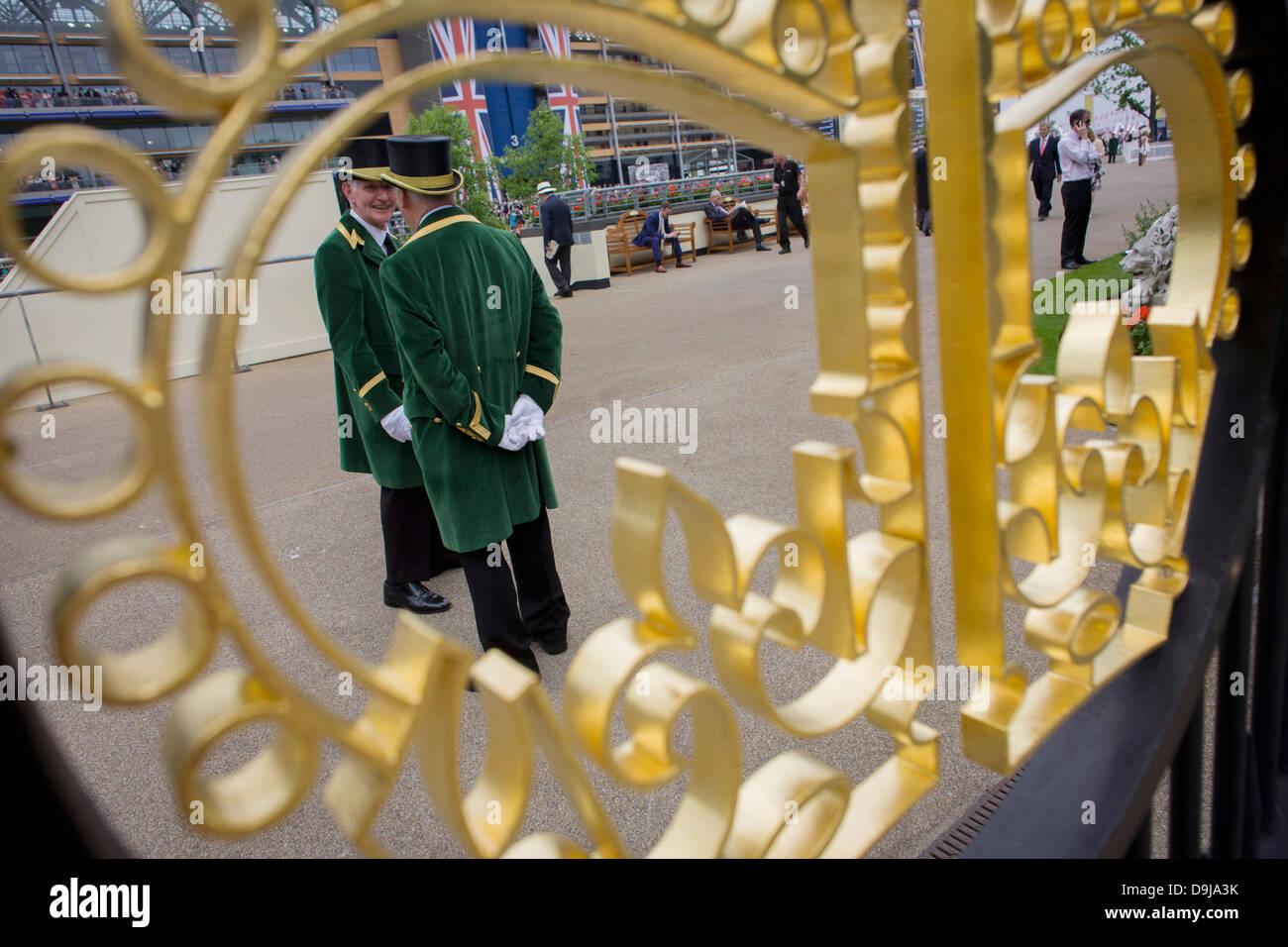 Offizielle Gatekeeper gesehen durch die Krone Gestaltung am Eingang während des jährlichen Royal Ascot Pferderennen Stockfoto
