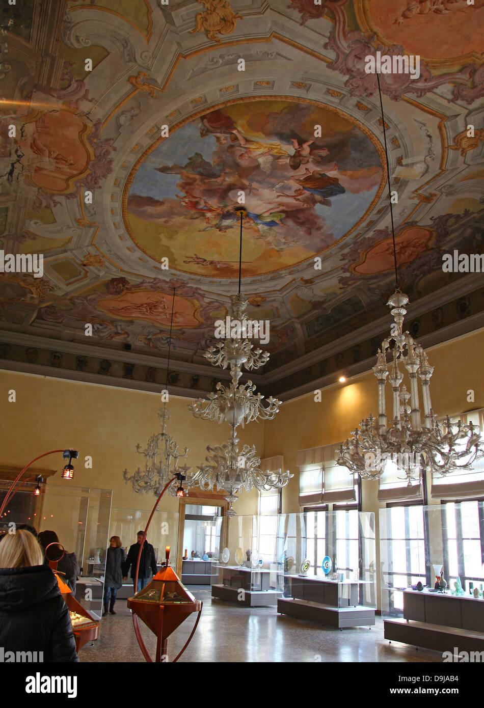 Eine Reich Verzierte Glas Kronleuchter Und Bemalter Decke Und Exponate Im  Glasmuseum Oder Museo Vetrario Murano Venedig Italien