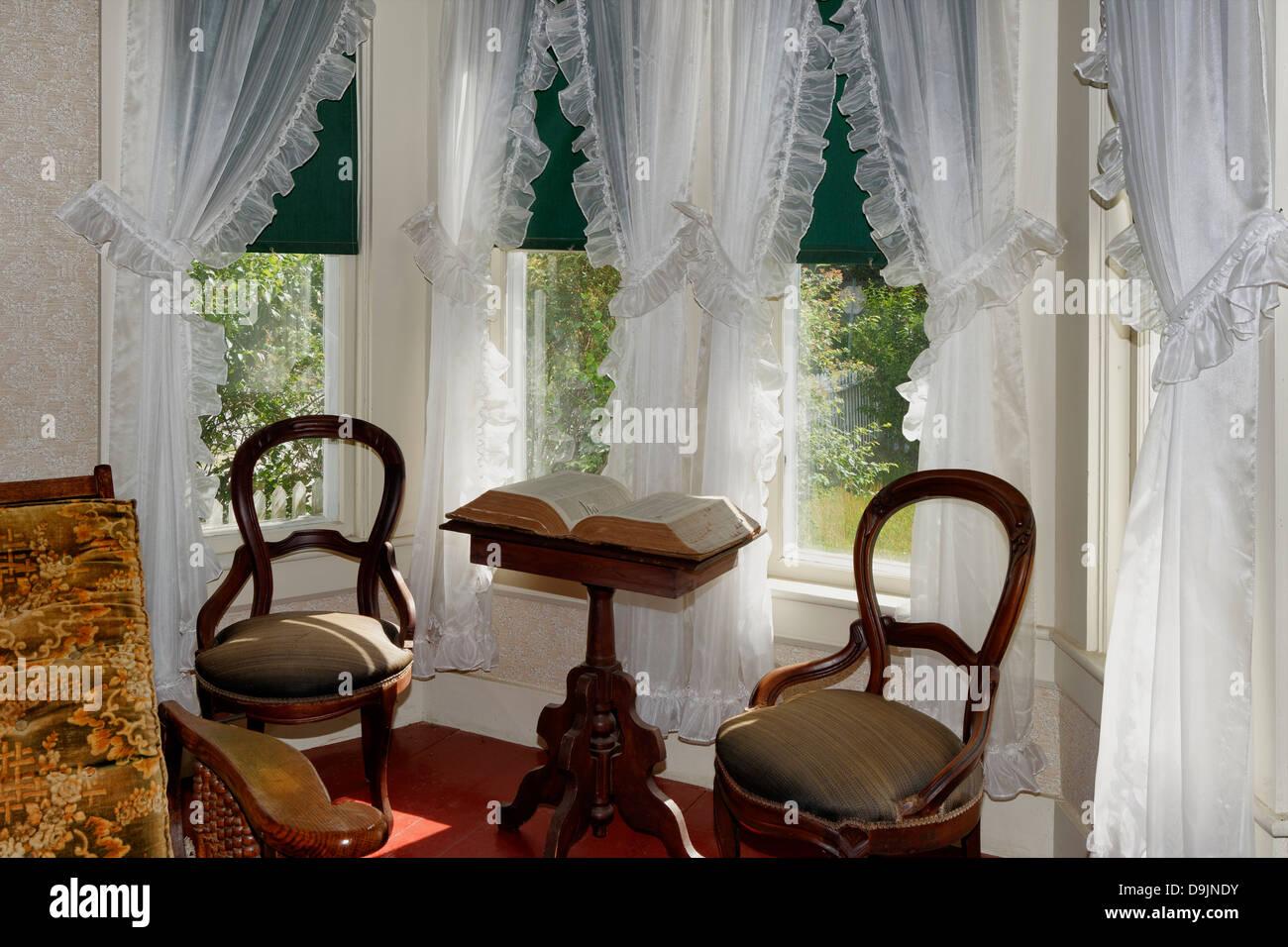Vintage Sonnigen Wohnzimmer Mit Erker Und Gardinen Robert Frost