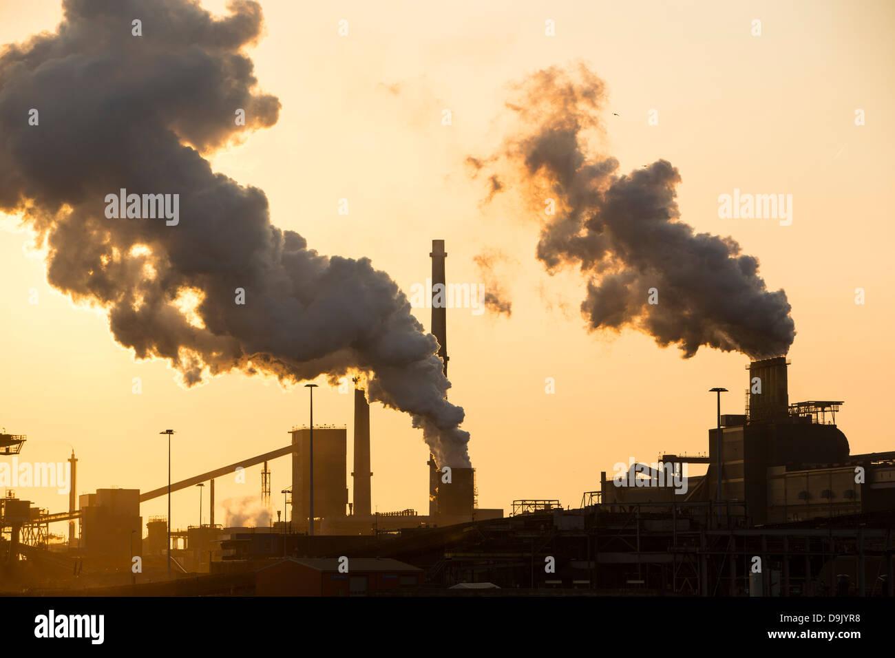 Emissionen von Ijmuiden, Tata steel Works, Niederlande bei Sonnenuntergang. Stockfoto