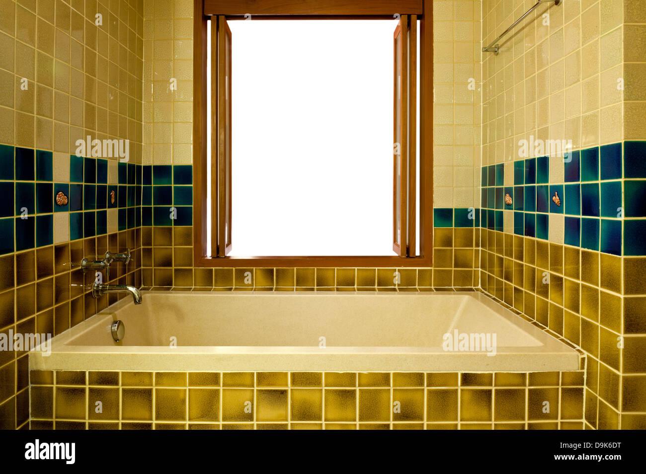 Innenministerium ein Badezimmer mit Badewanne und Fenster Stockbild
