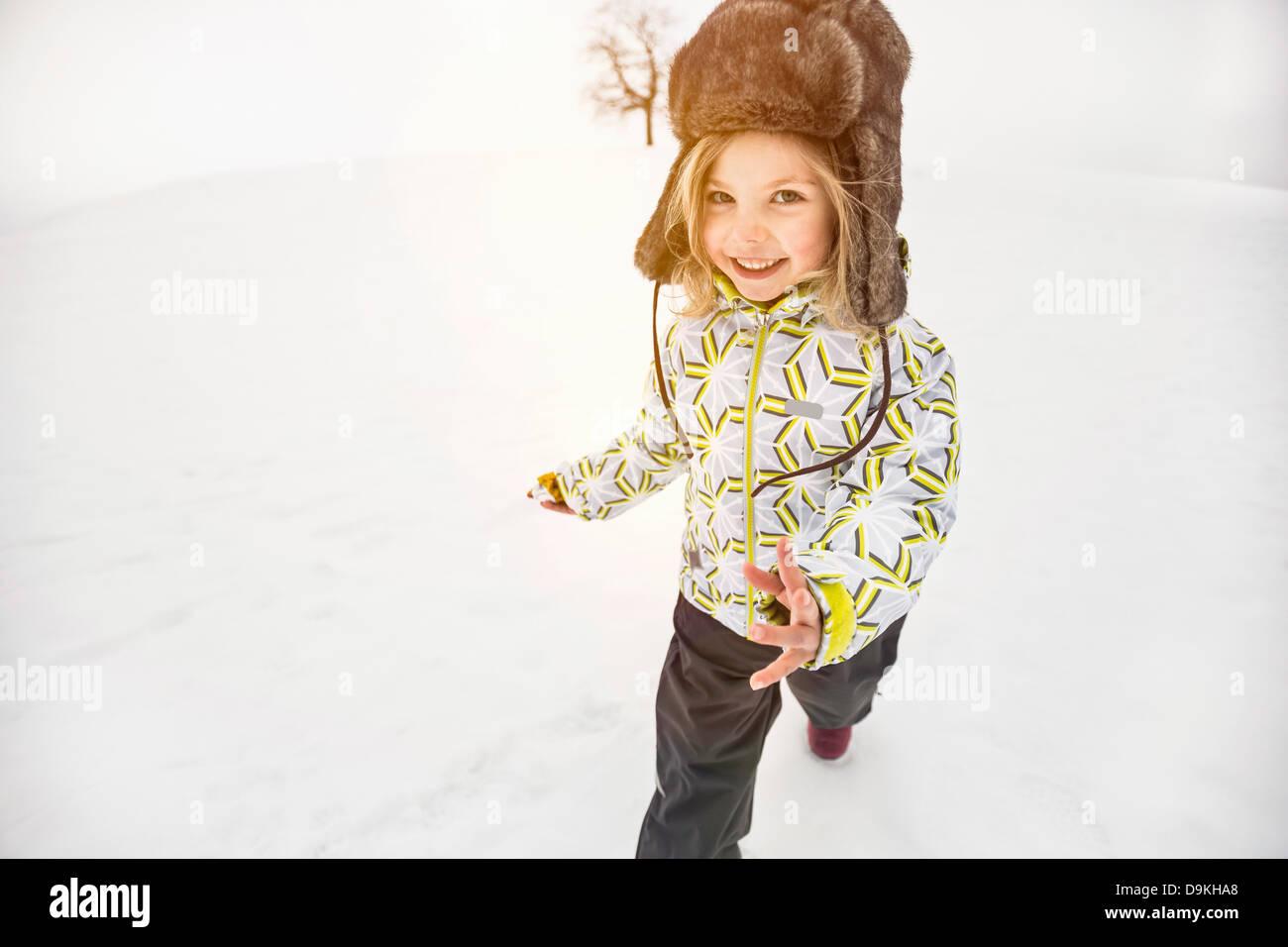 Mädchen mit pelzigen Hut Wandern im Schnee Stockbild