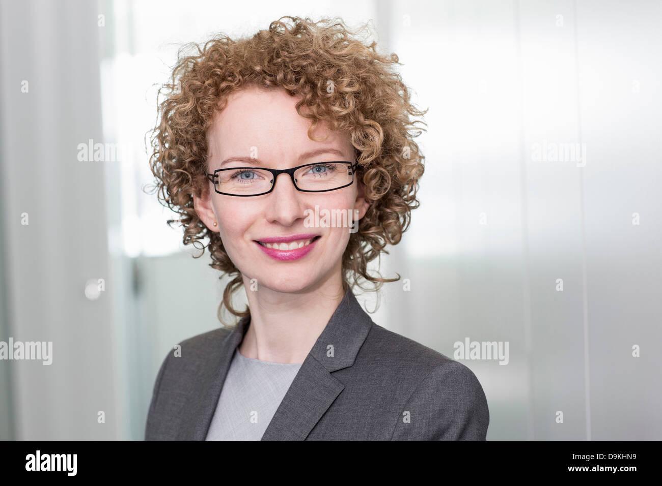 Porträt der Geschäftsfrau mit lockigem Haar Stockbild
