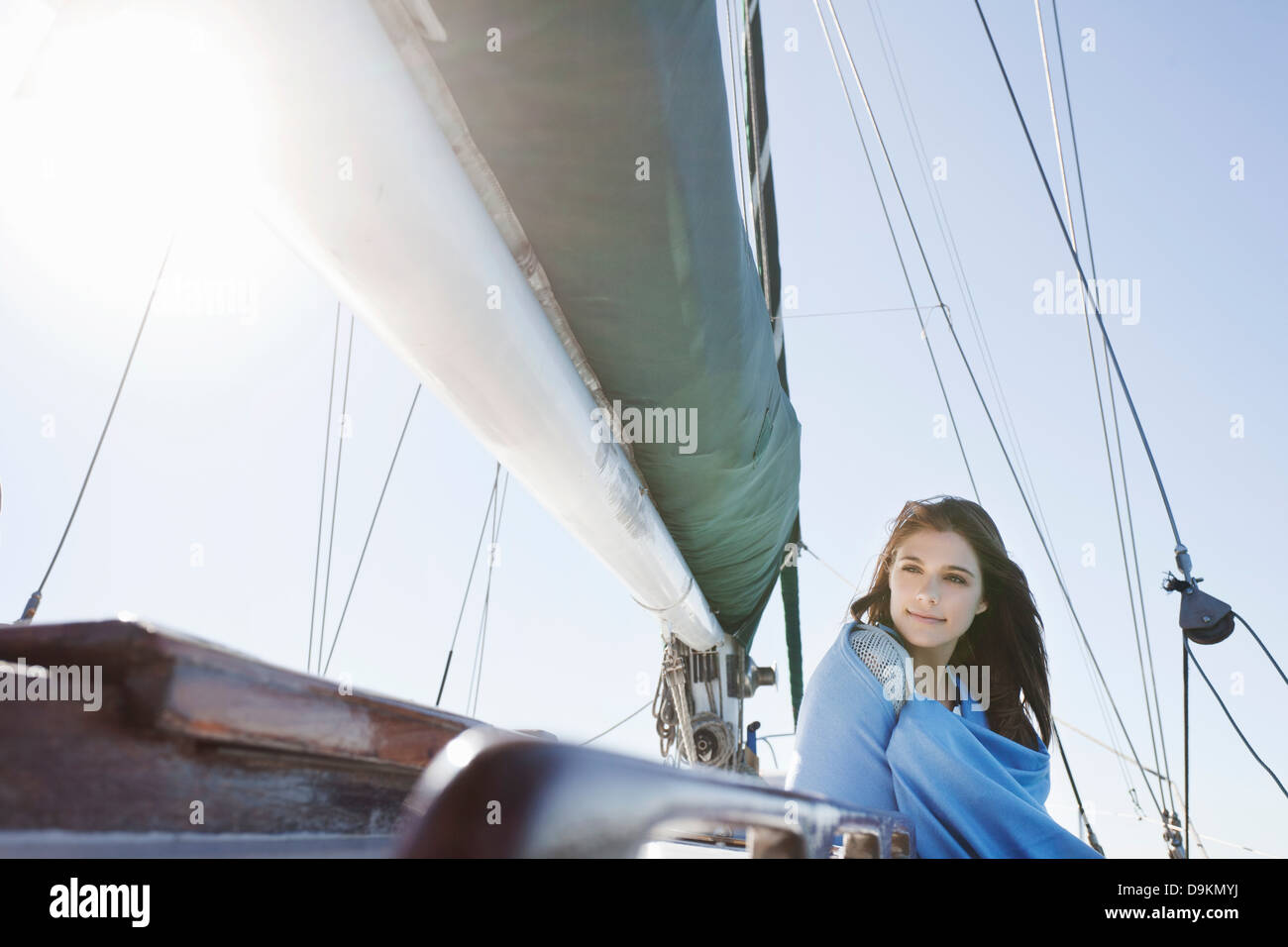 Junge Brünette Frau auf Yacht in Decke gehüllt Stockbild