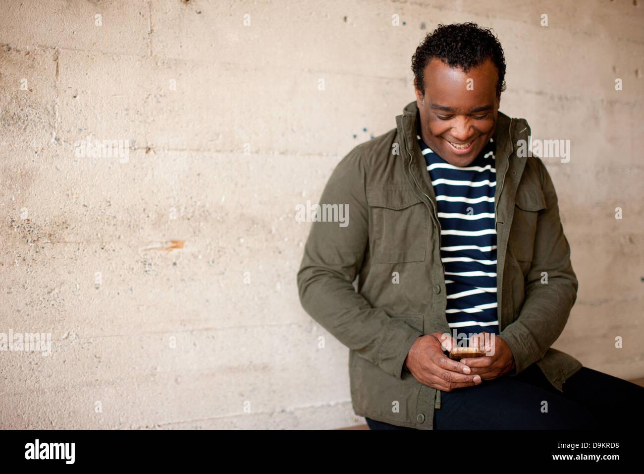 Mann posiert mit charismatischen Lächeln und Aussehen des Glücks Stockfoto
