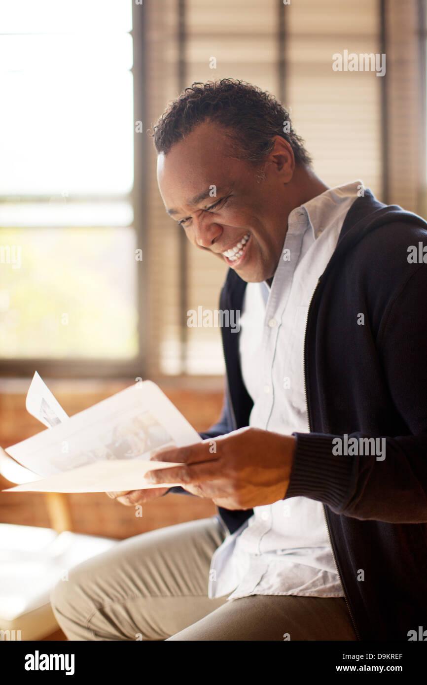 Mann posiert mit charismatischen Lächeln und Aussehen des Glücks Stockbild