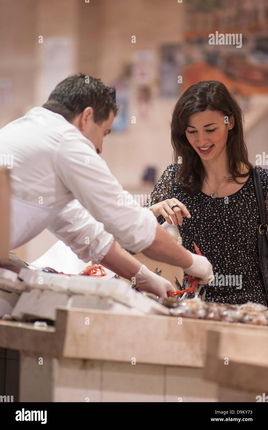Frau kaufen frischen Fisch im Markt Stockbild