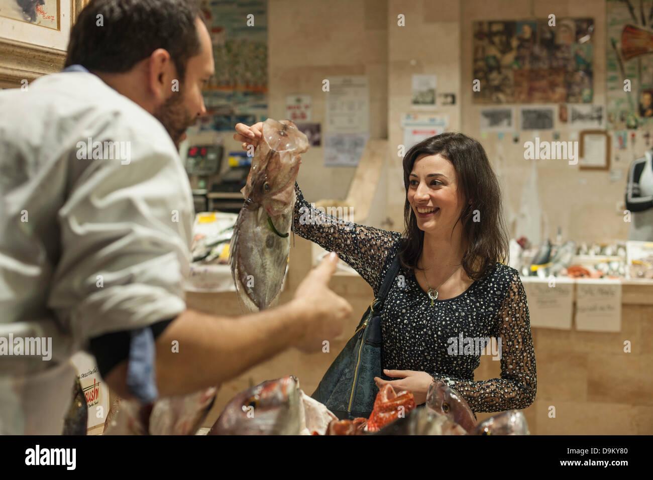 Frau kaufen frischen Fisch Fischhändler Stockbild
