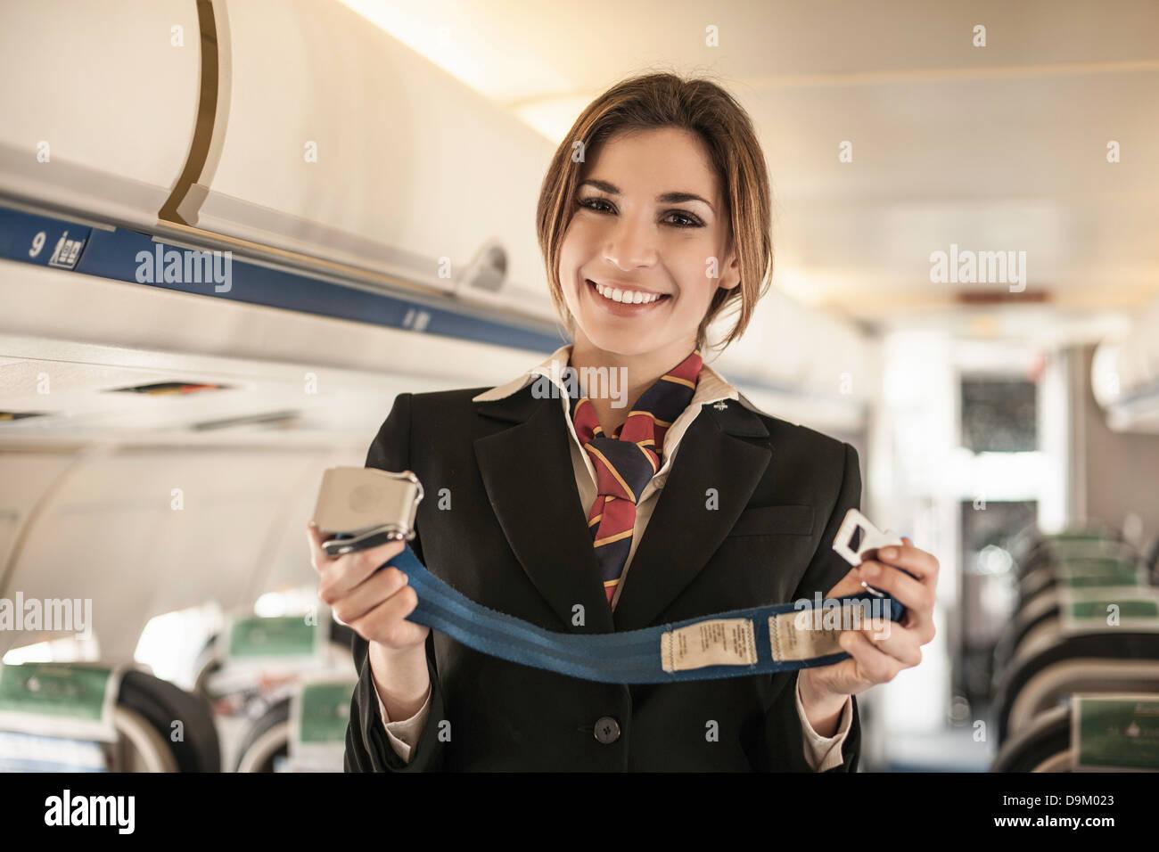 Luft Stewardess Sicherheit Demonstration am Flugzeug durchführen Stockbild