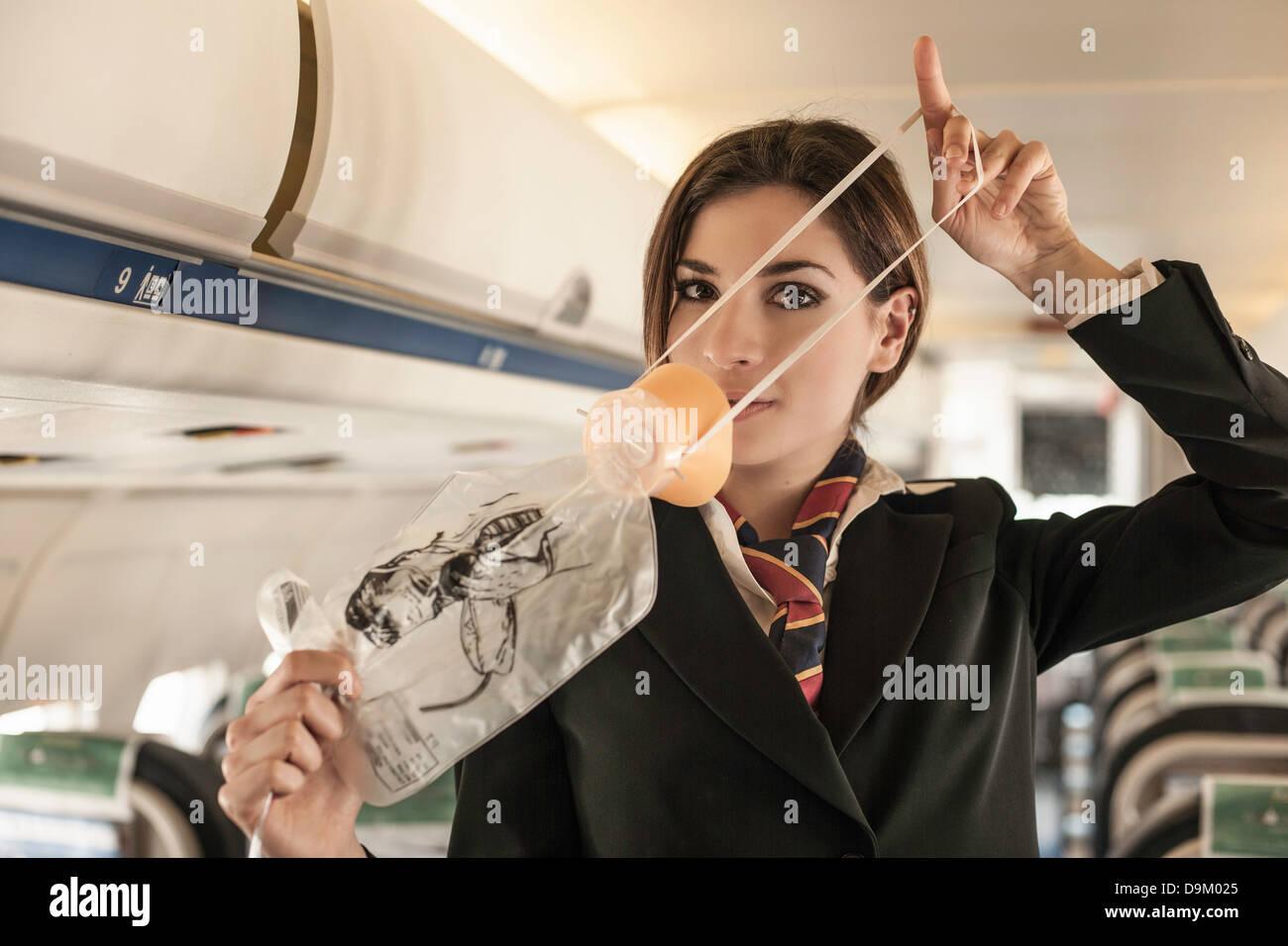 Luft Stewardess Sicherheit Demonstration am Flugzeug durchführen Stockfoto