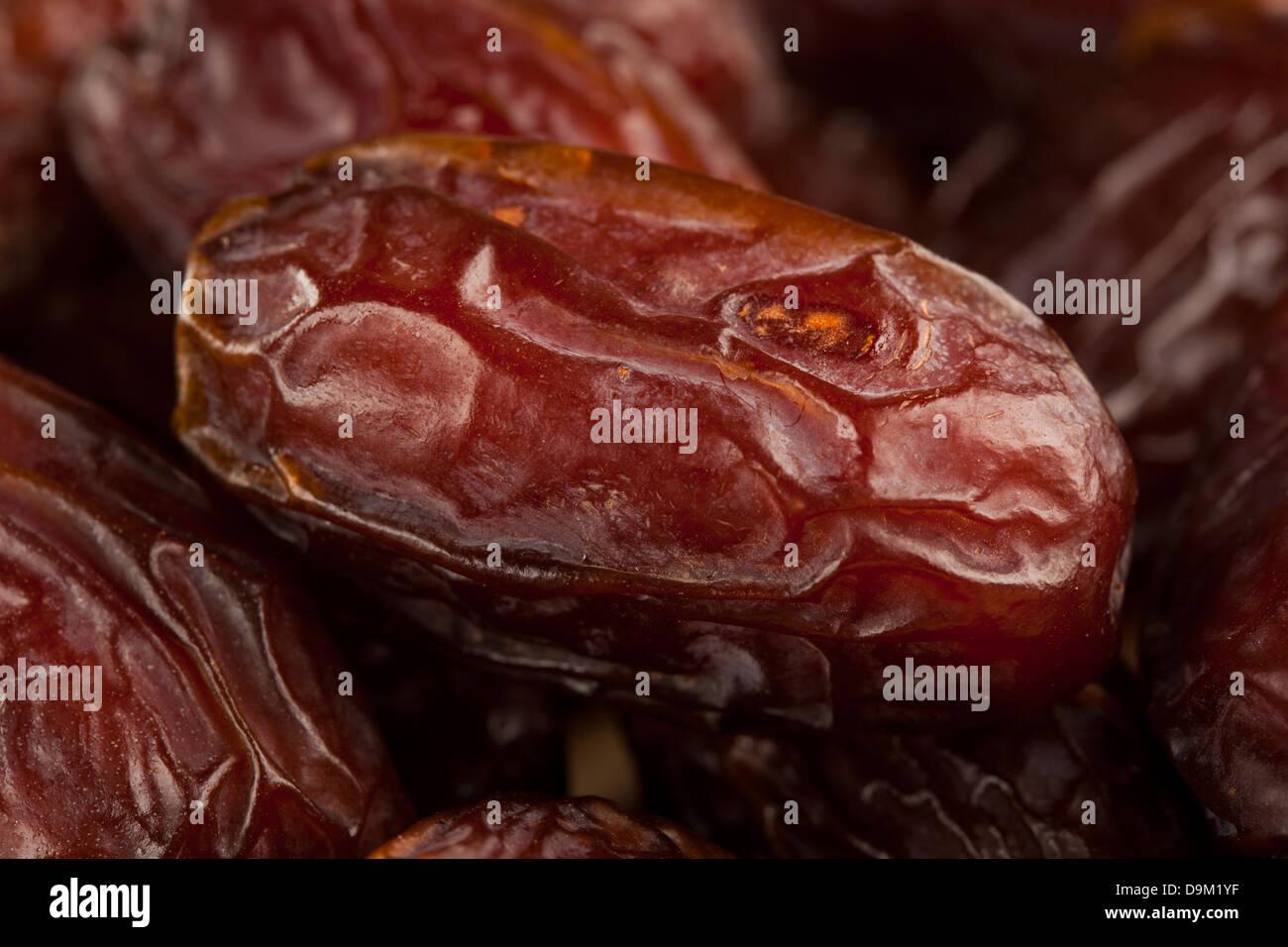 Frische Bio braun Datum Rohkost vor dem Hintergrund Stockbild