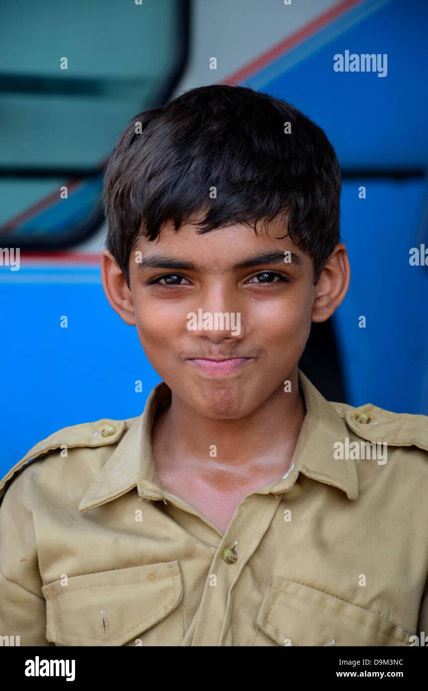 Junge, glückliche pakistanische Pfadfinder Stockbild