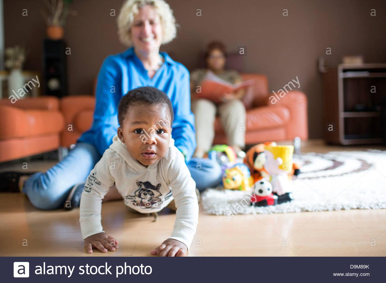 Frau spielt mit ihrem adoptierten Baby boy Stockfoto