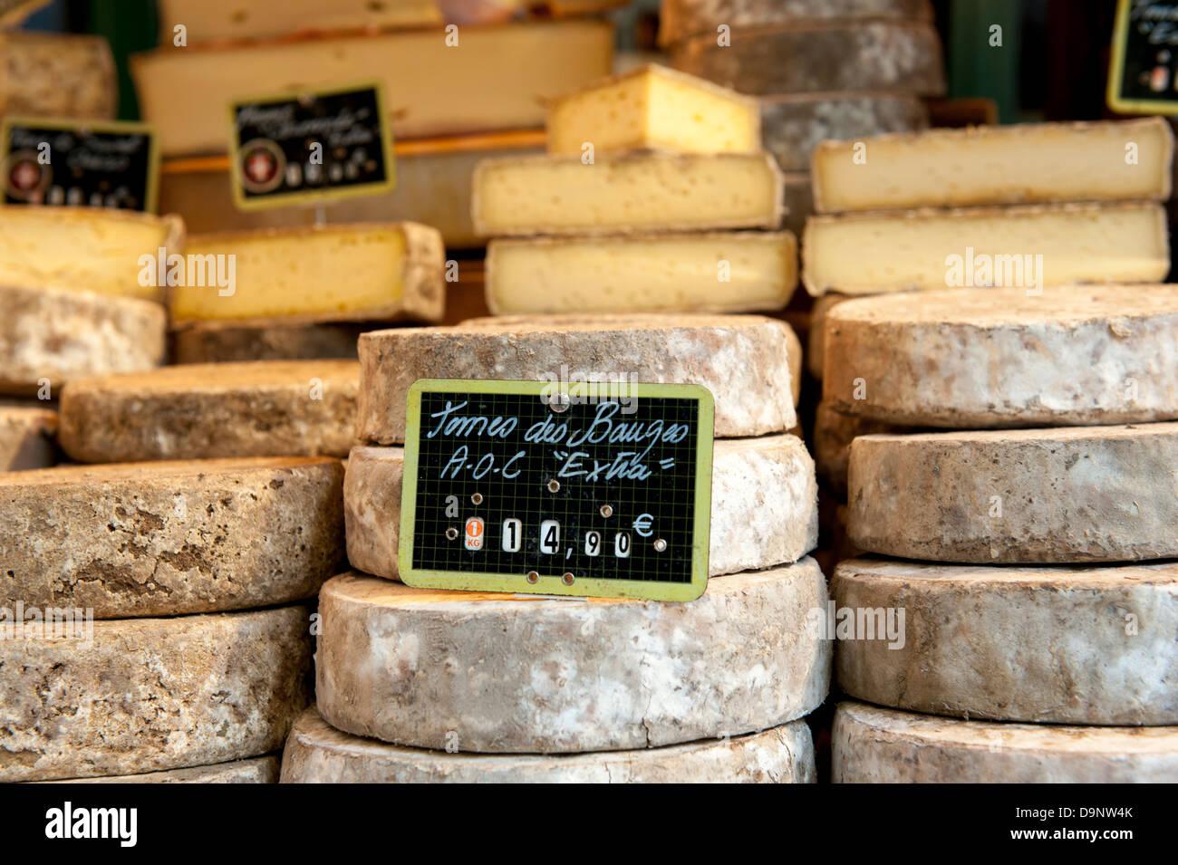 Stapel von Beaufort Bergkäse in der Altstadt Markt, Annecy, Haute-Savoie, Frankreich Stockbild