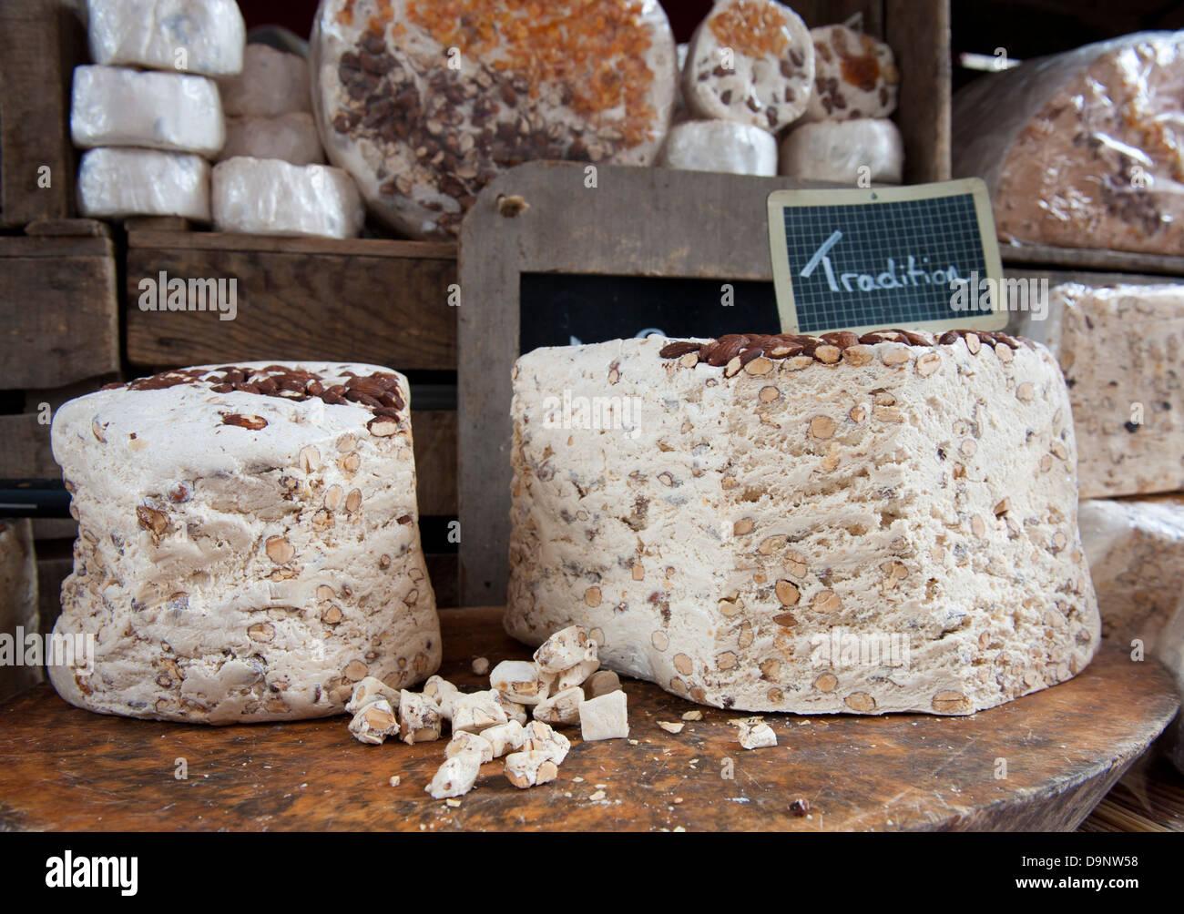 Nahaufnahme des traditionellen Nougat auf dem Markt der Altstadt in Annecy, Haute-Savoie, Frankreich verkauft Stockbild