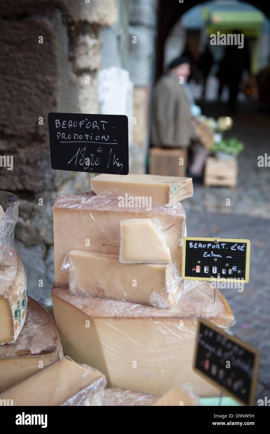 Stand mit Beaufort Bergkäse in der Altstadt Markt, Annecy, Haute-Savoie Stockbild
