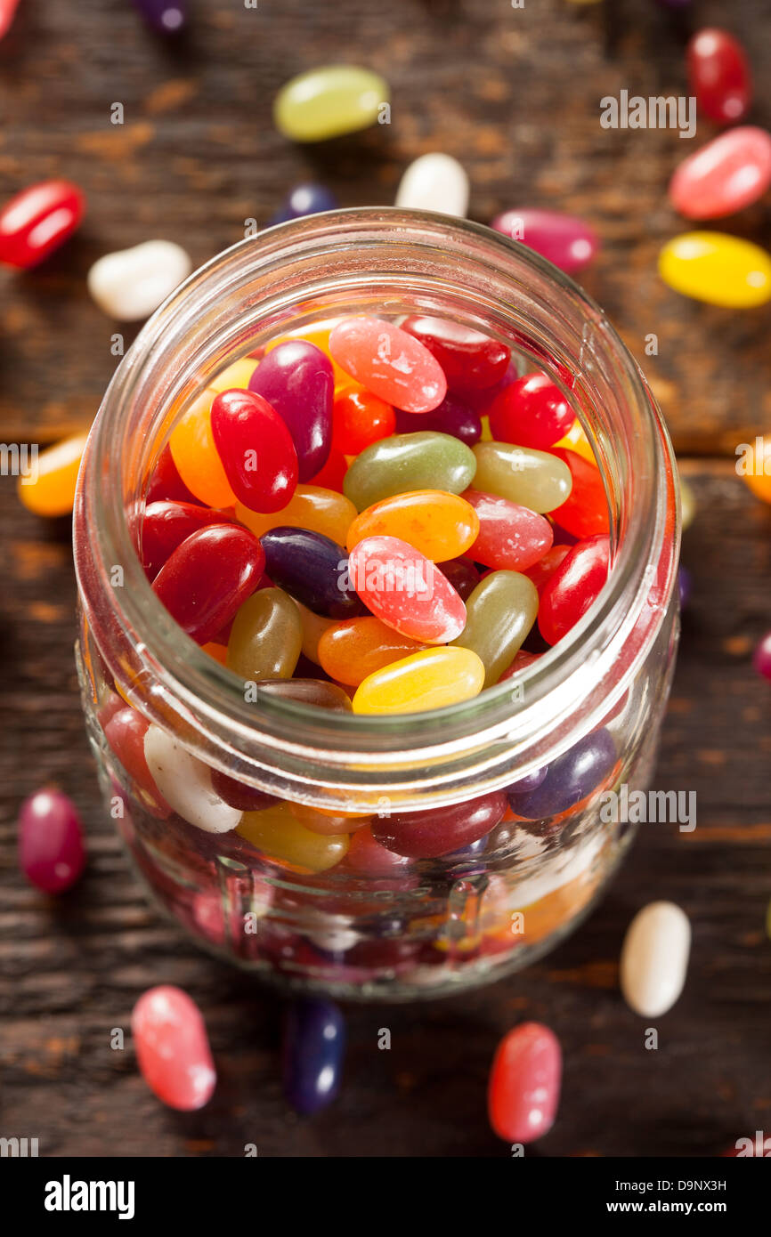 Bunt gemischte fruchtige Jelly Beans auf einem Hintergrund Stockbild
