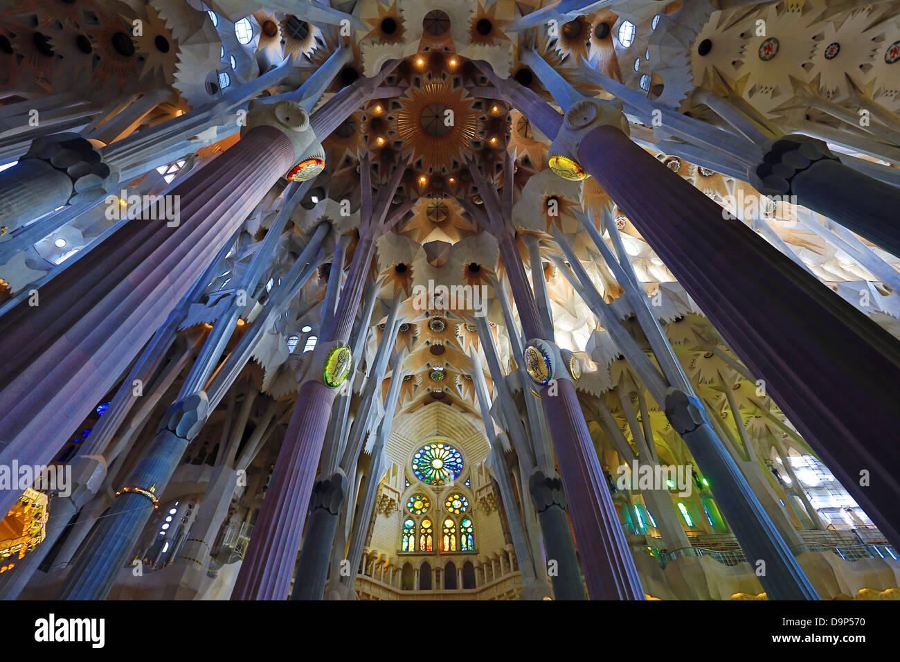 Innenraum der Kathedrale Basilica De La Sagrada Familia in Barcelona ...